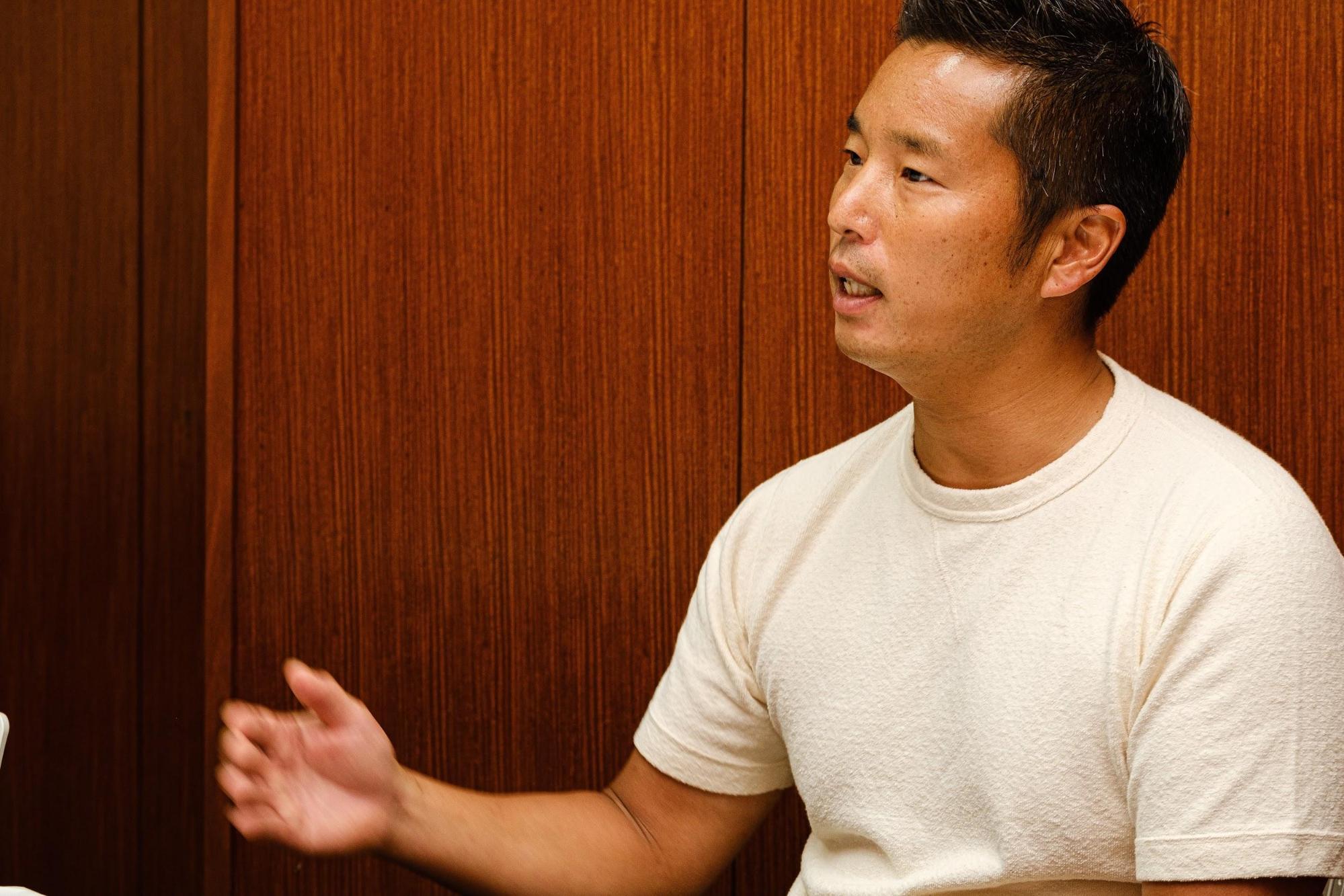 池田純さん身振りとともにお話しているカット