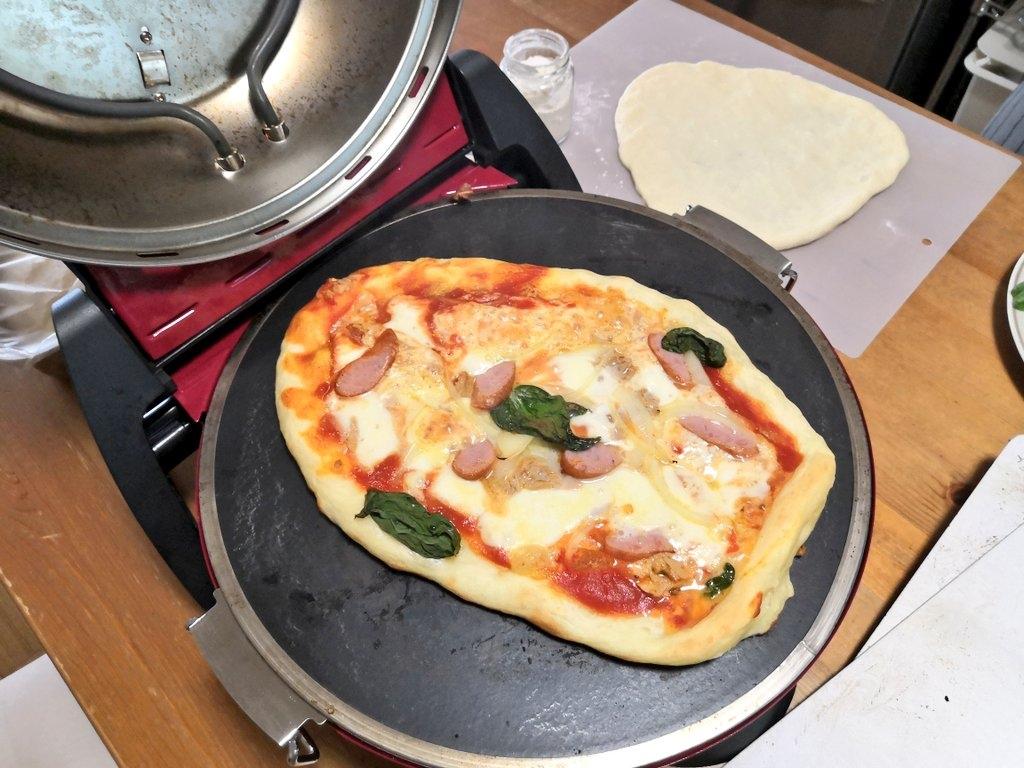 グルメオーブンでピザを焼いているところ