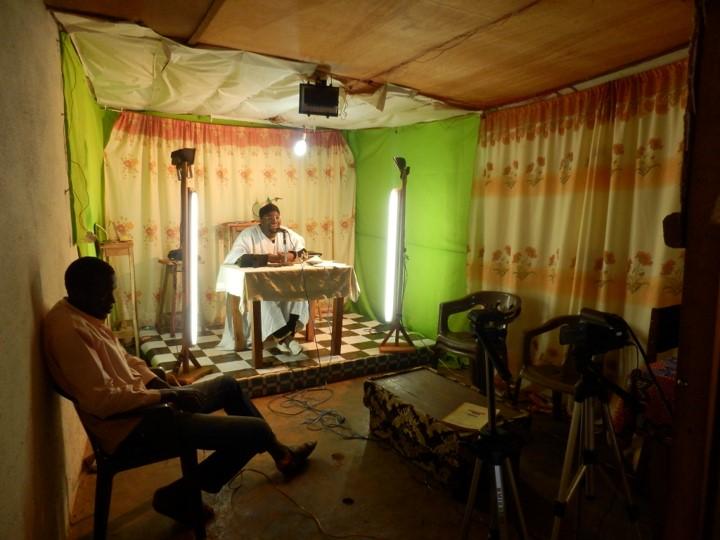 「王国テレビ」スタジオでの番組収録風景
