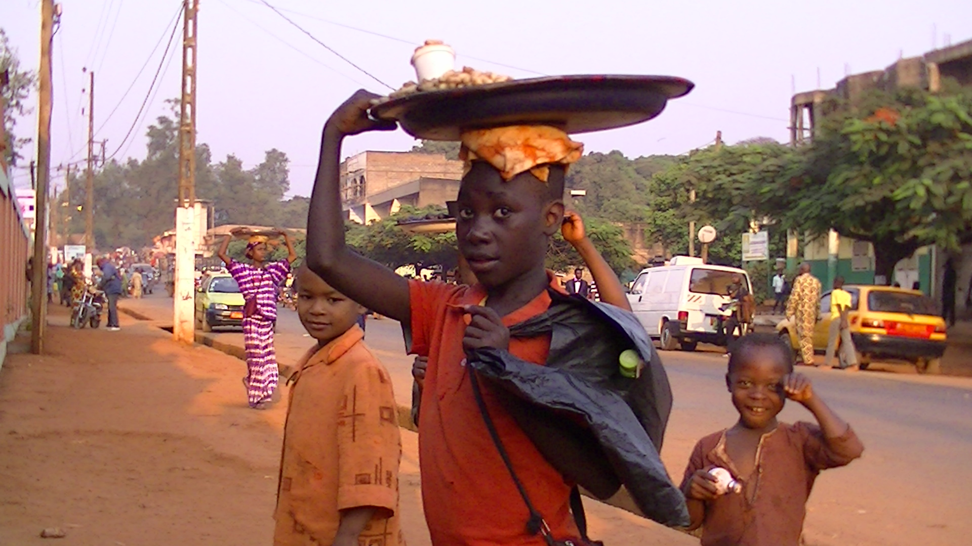 物売りをして町を歩く現地の子どもたち