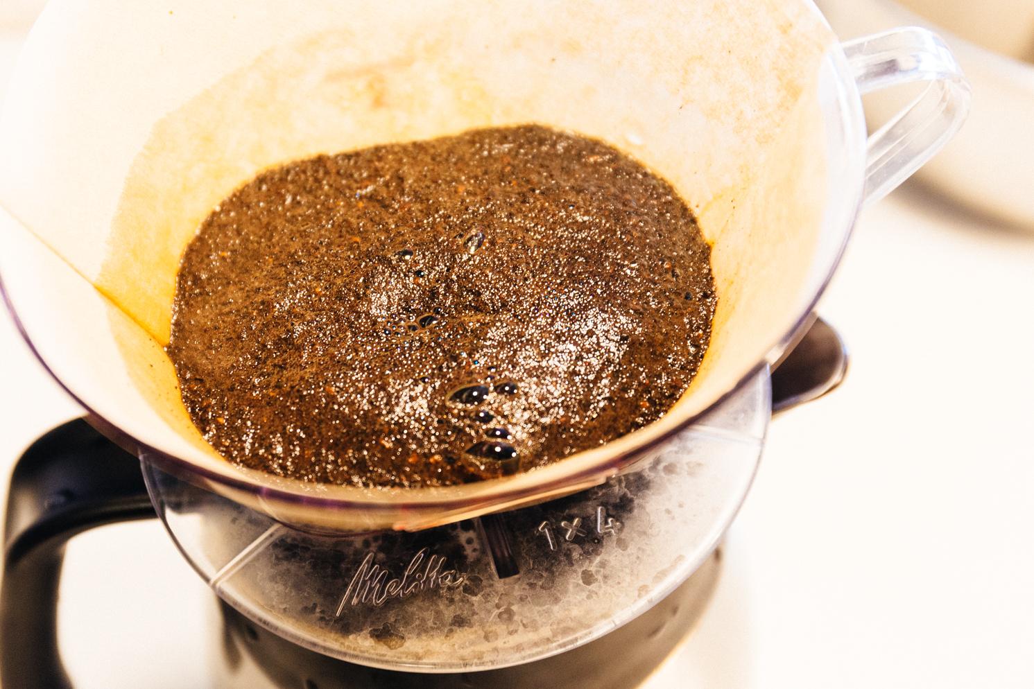 ハンドドリップ中、蒸らしているときにコーヒー粉がほこほこと膨らむ
