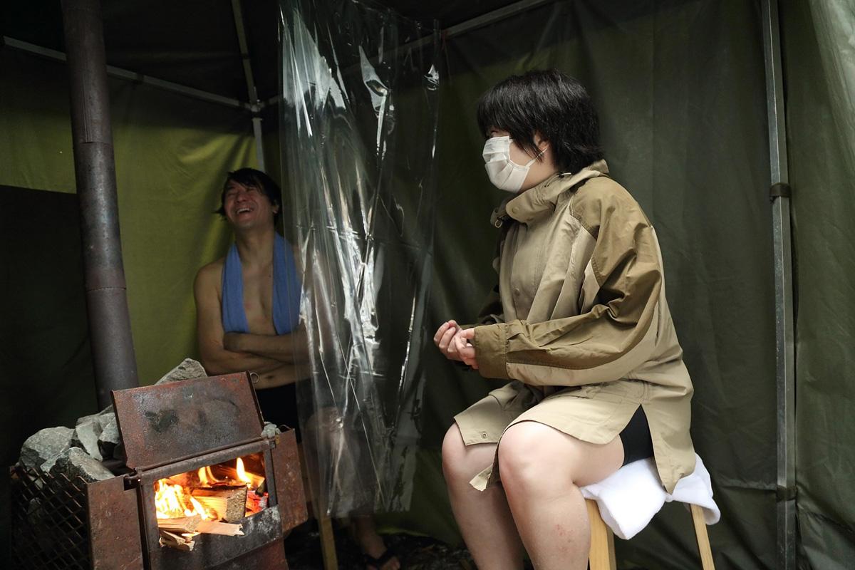 テントサウナで壬生さんの相談に乗る