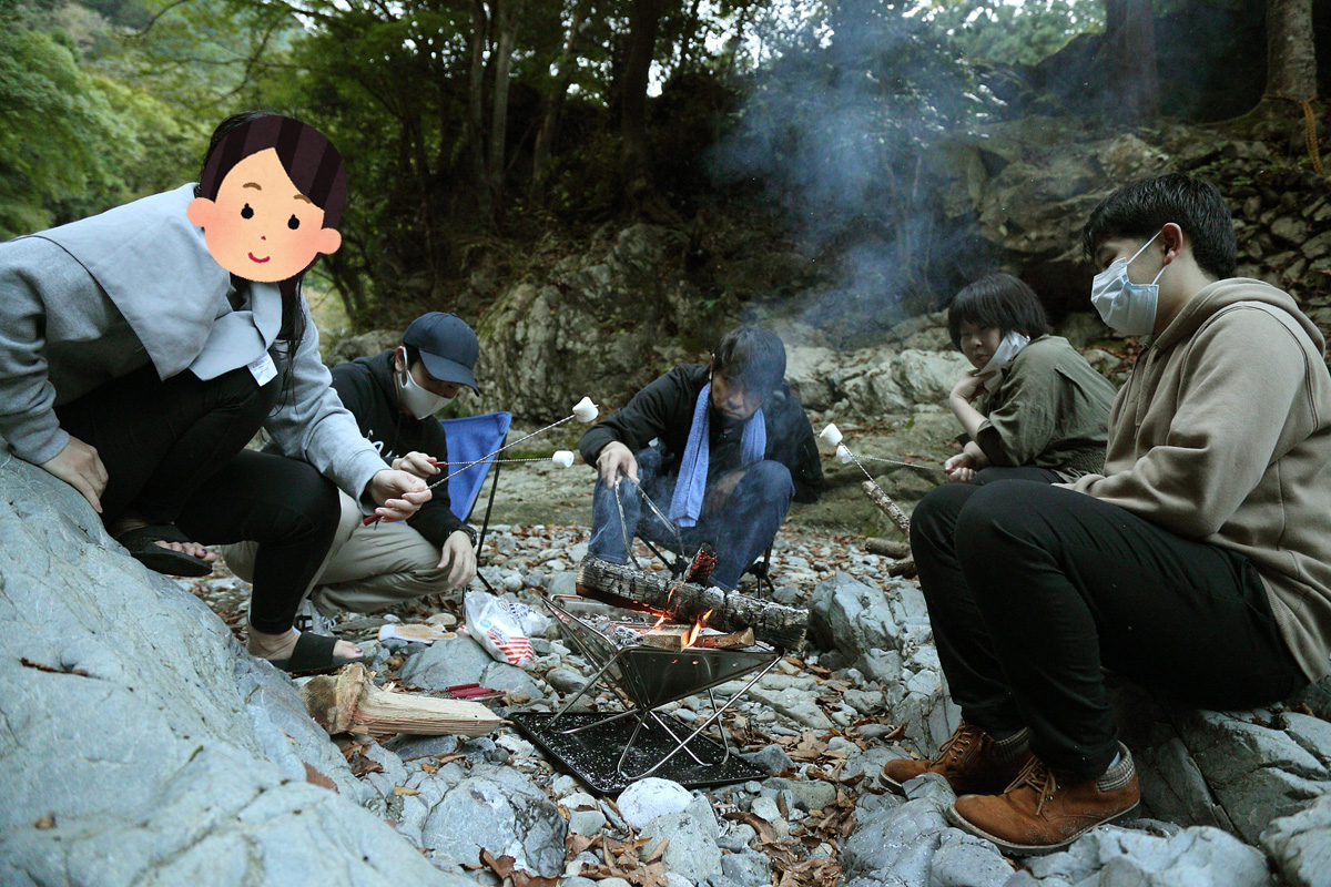 みんなで焚き火を囲む