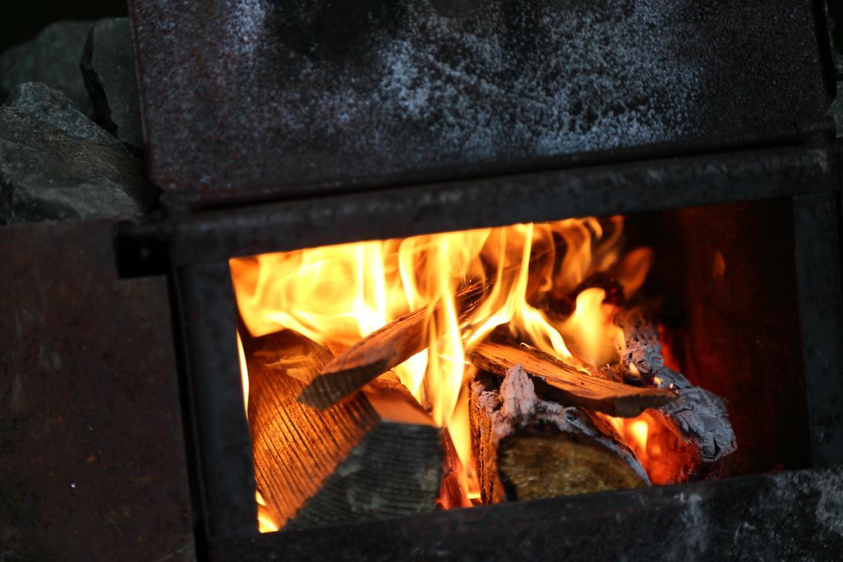テントサウナでは薪が燃え続けています