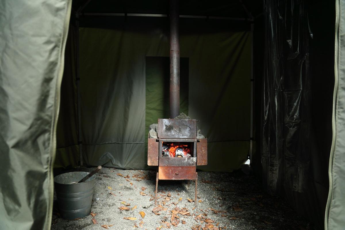テントサウナ内に薪ストーブ