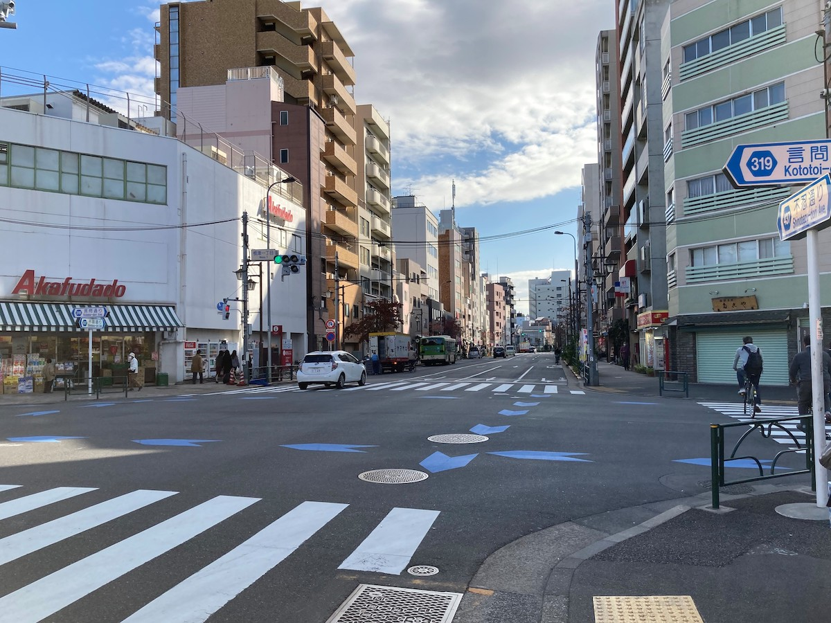 根津駅出口からの風景写真