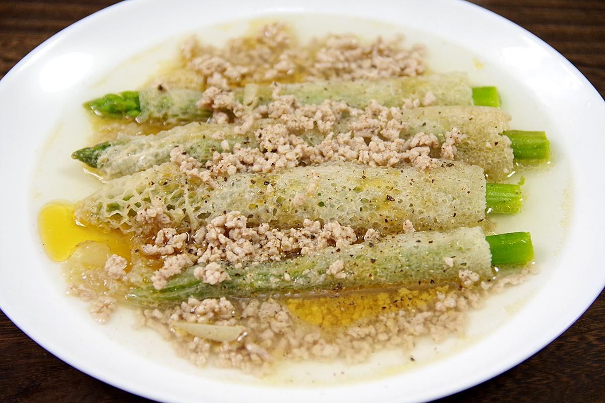 キヌガサタケの空洞部分にアスパラガスを突っ込んで、生姜を効かせた中華スープと挽肉で煮込んでみます