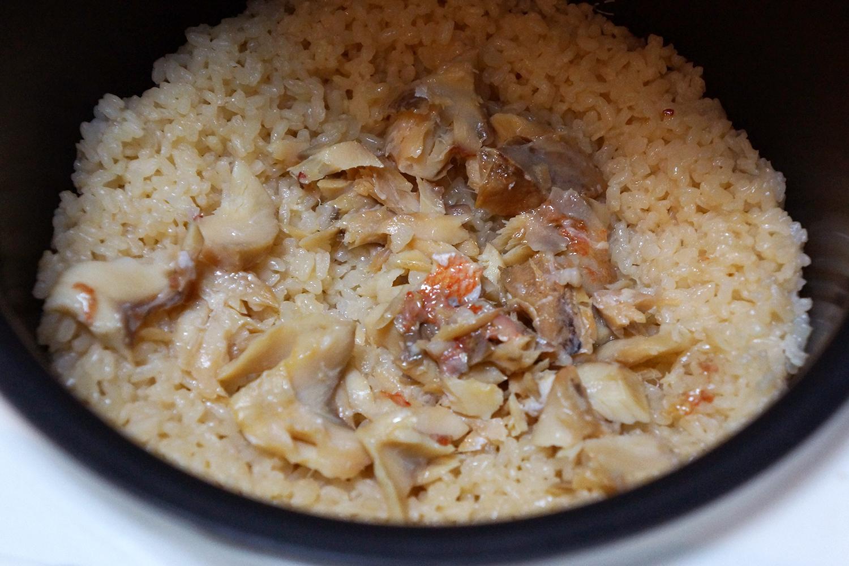 魚とお米を日本酒で炊くだけの炊き込みご飯「さけごはん」