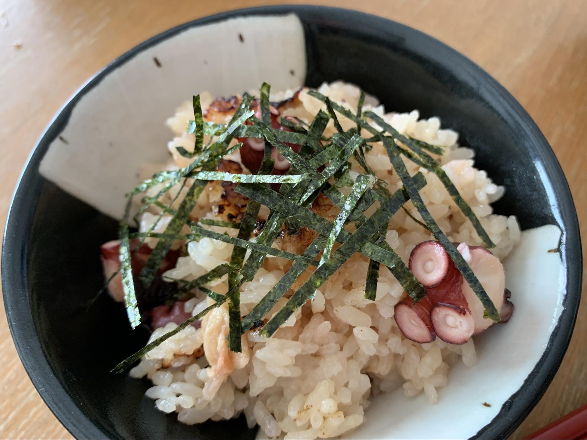松山あげを入れるだけの、だしをきかせた炊き込みご飯