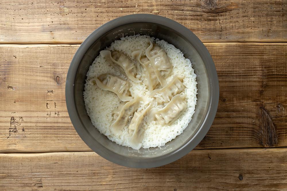 冷凍餃子を入れるだけの、意外かつ満足感のある炊き込みご飯
