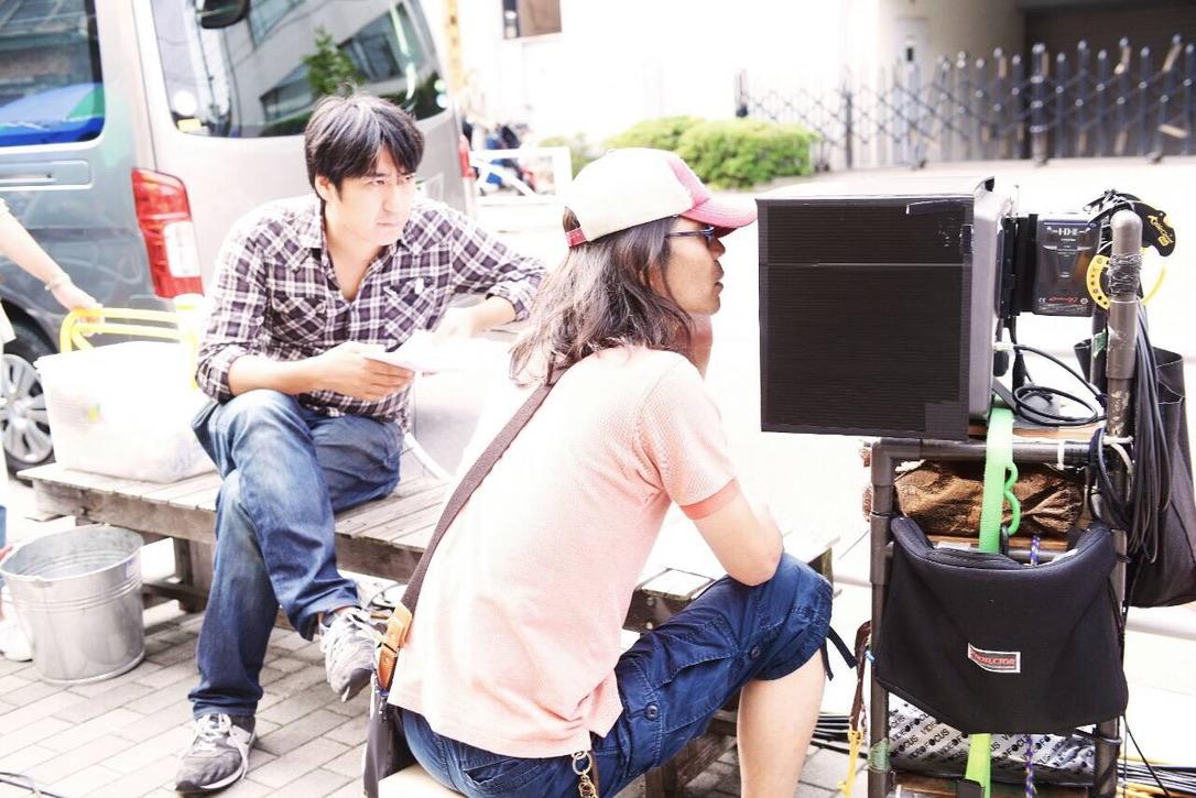 佐久間宣行さんと『SICKS』の監督を務めた英勉さんの写真