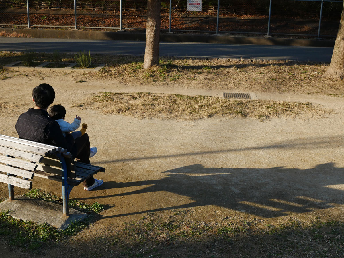 子供と一緒にベンチで