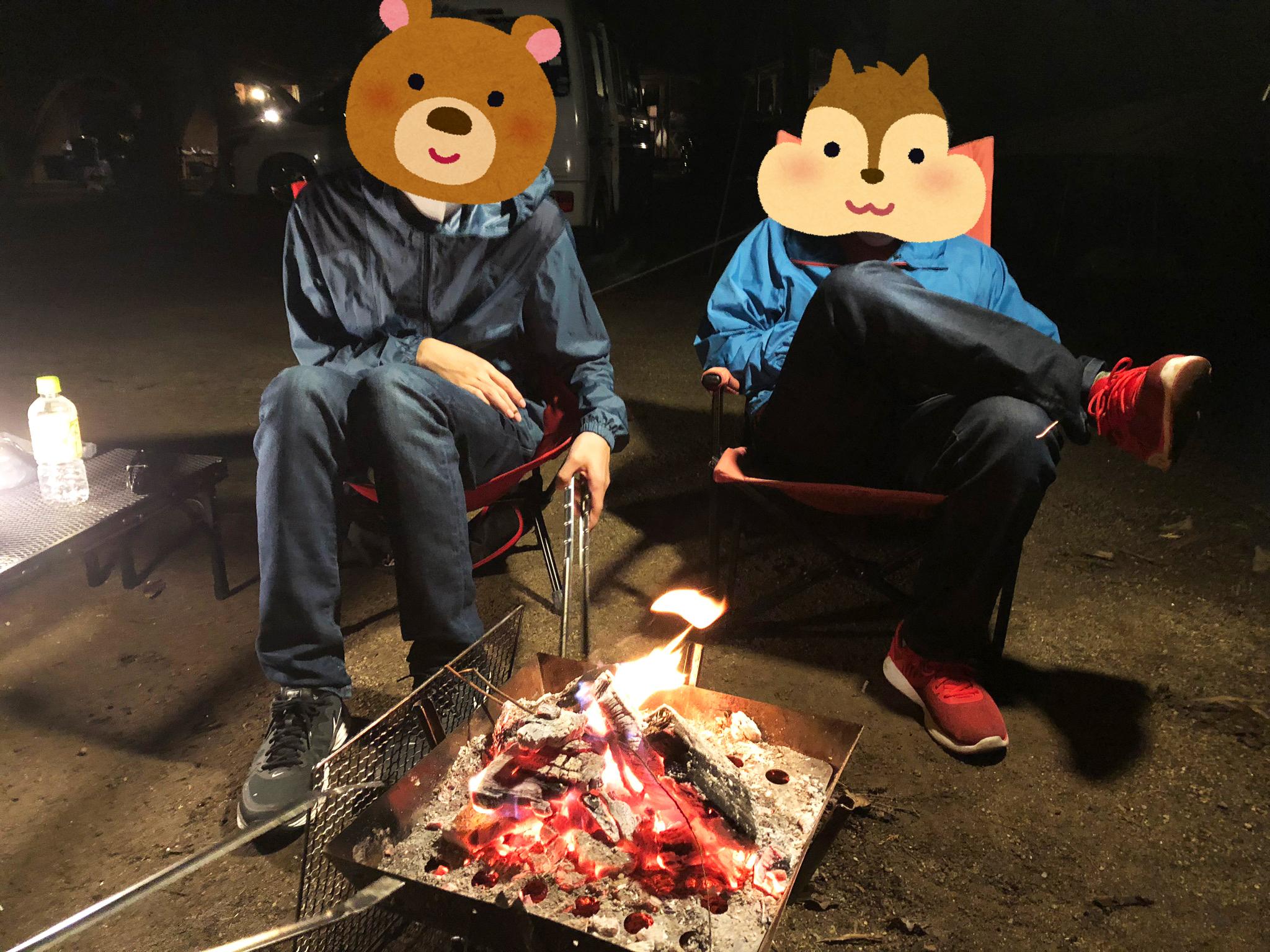 家族で料理や焚き火を囲んでのだんらん