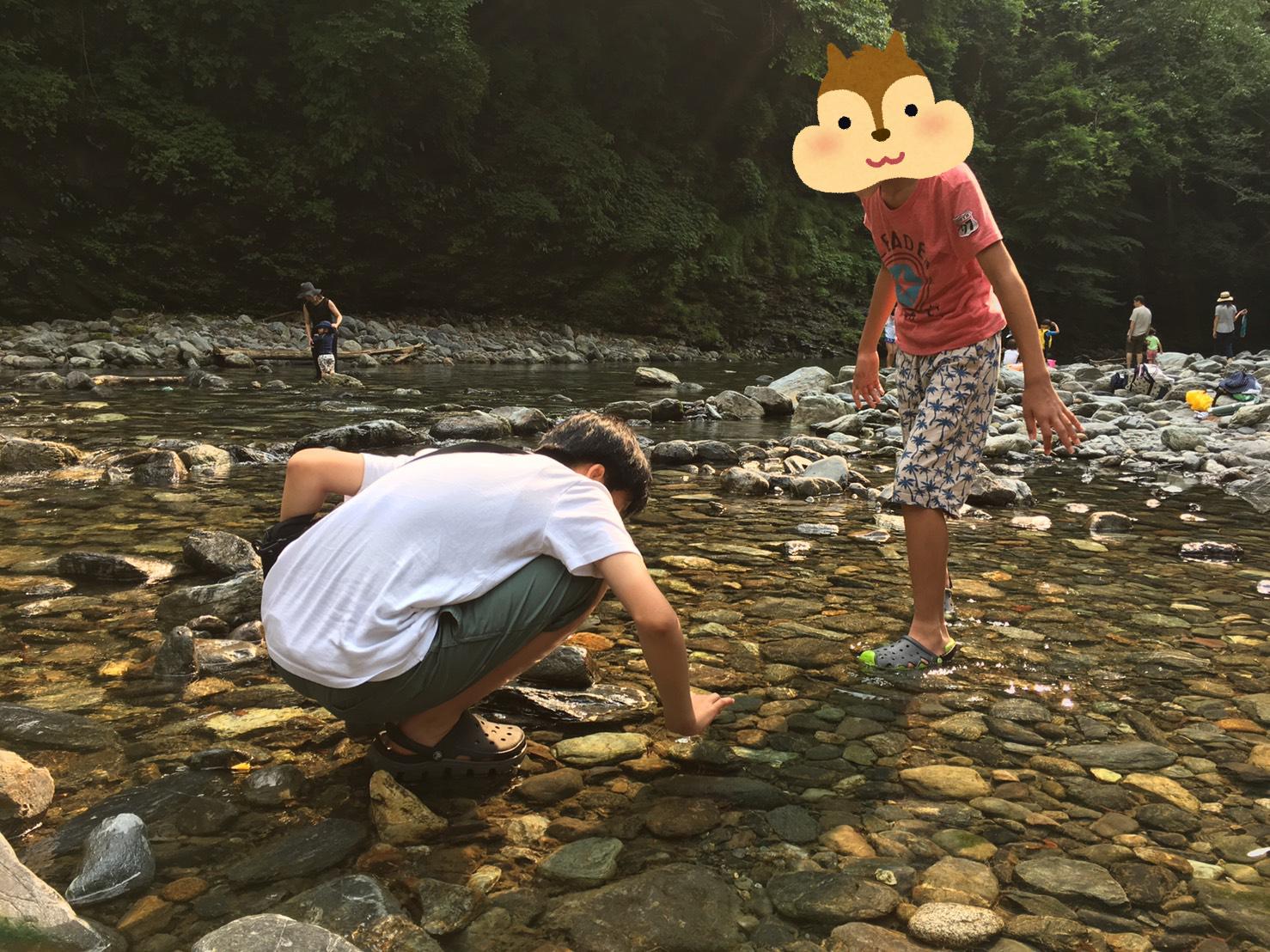 川で遊ぶ長男と次男