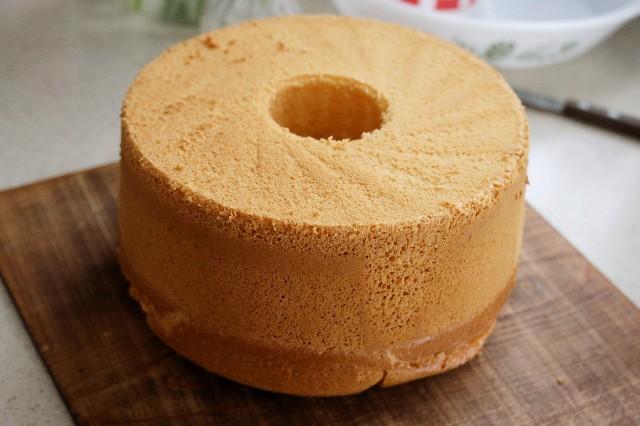 シフォンケーキが冷めたら型抜きをする