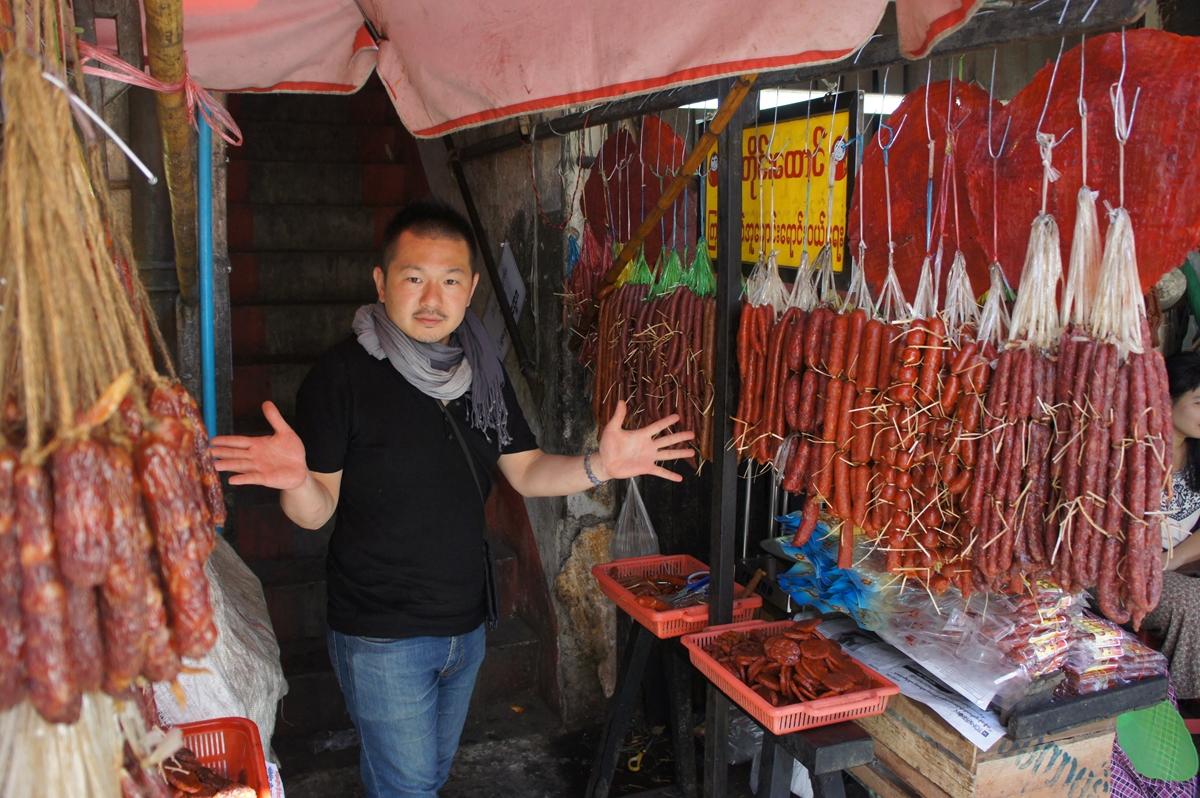 ミャンマーでソーセージを調査する村上武士さん