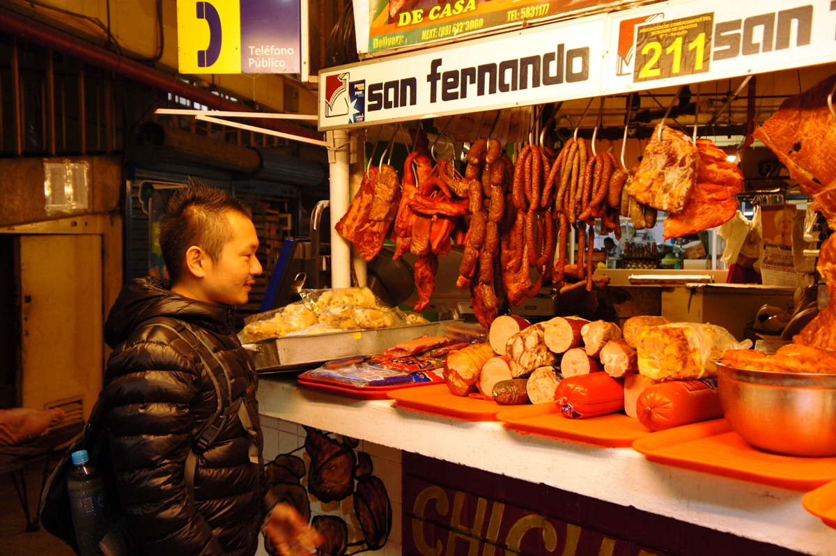 ペルーでソーセージを調査する村上武士さん