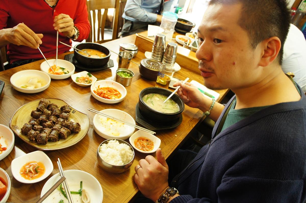 韓国でソーセージを調査する村上武士さん