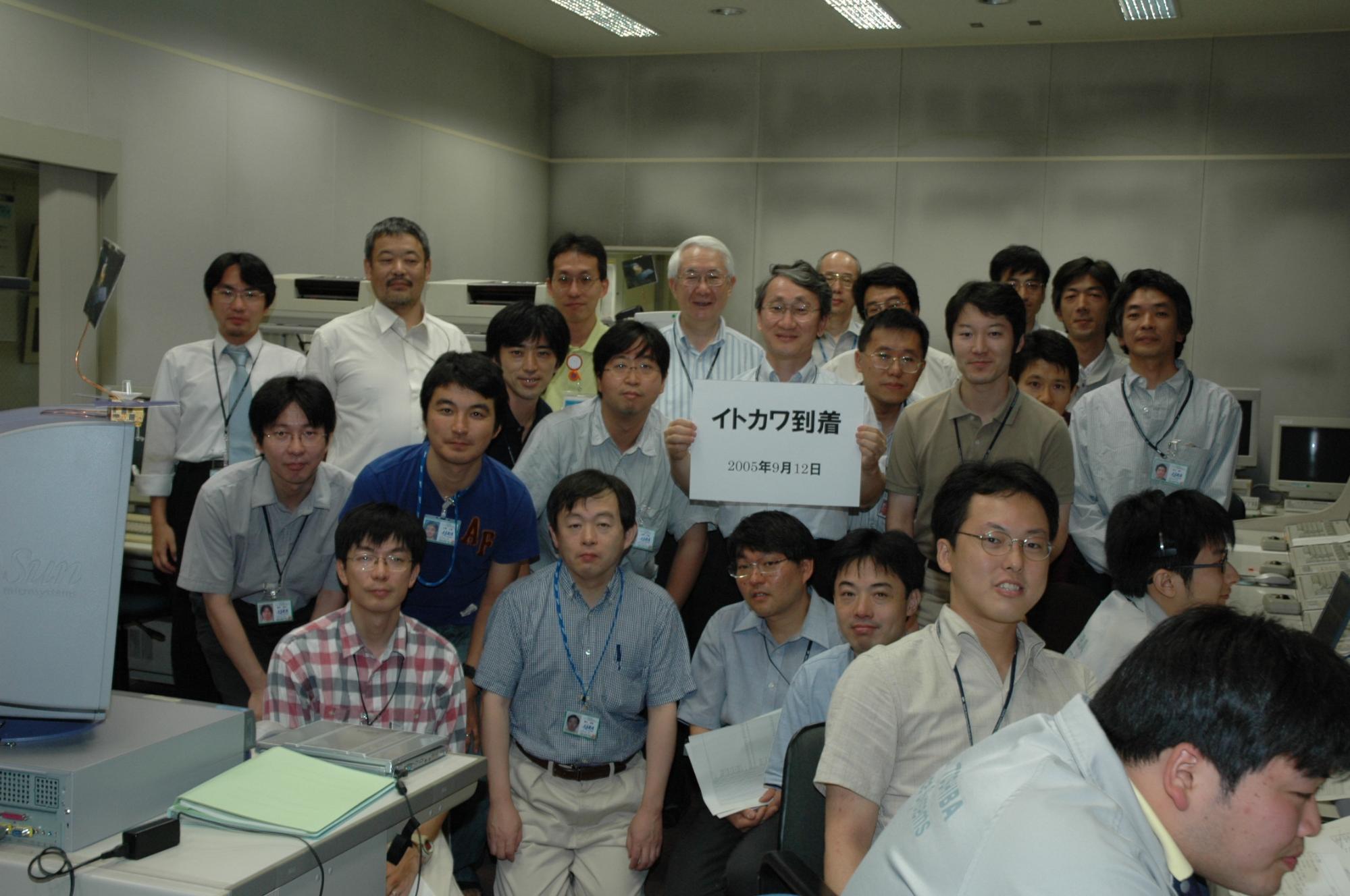 川口淳一郎さんとプロジェクトメンバーとの写真