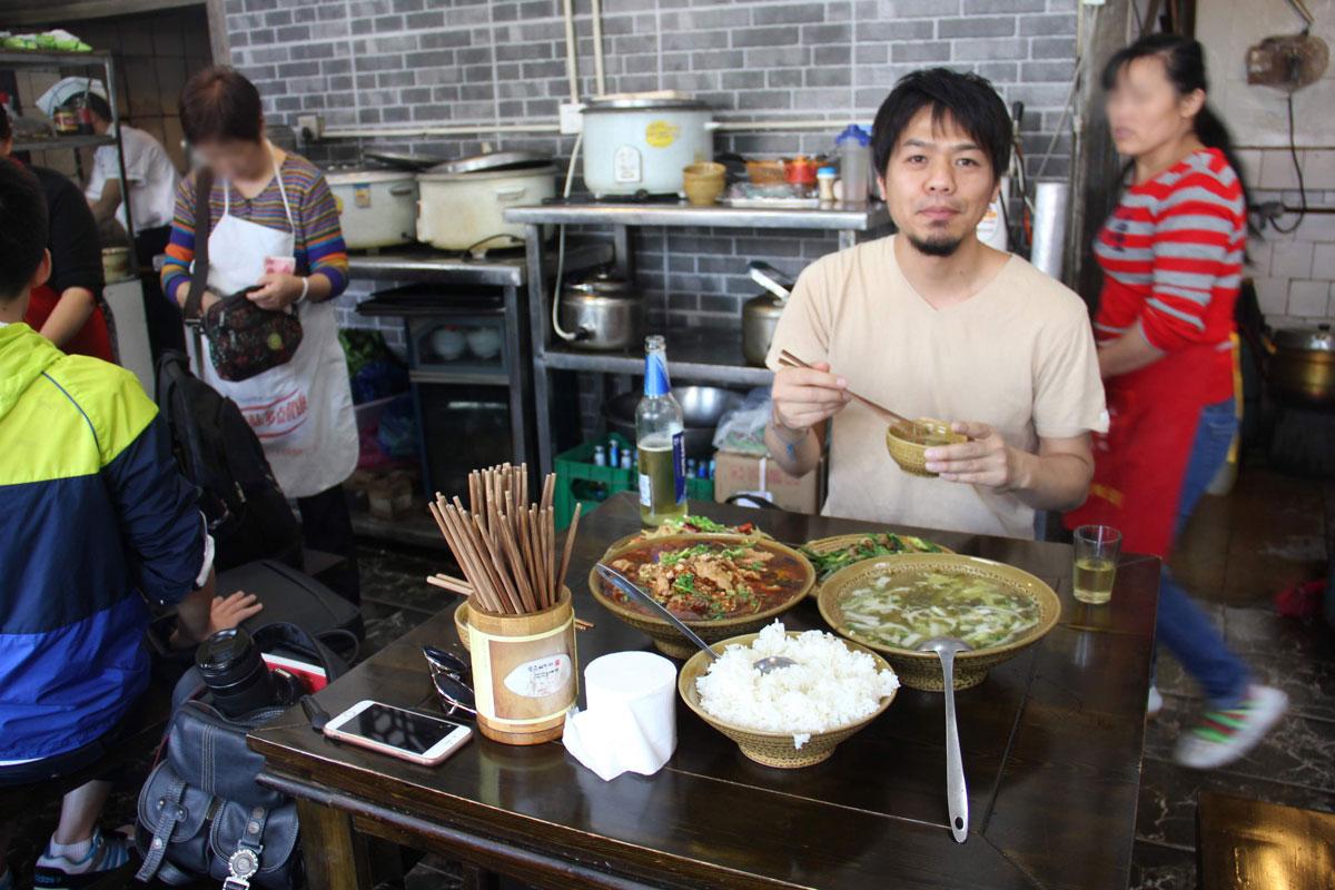 食堂で四川料理を食べる様子