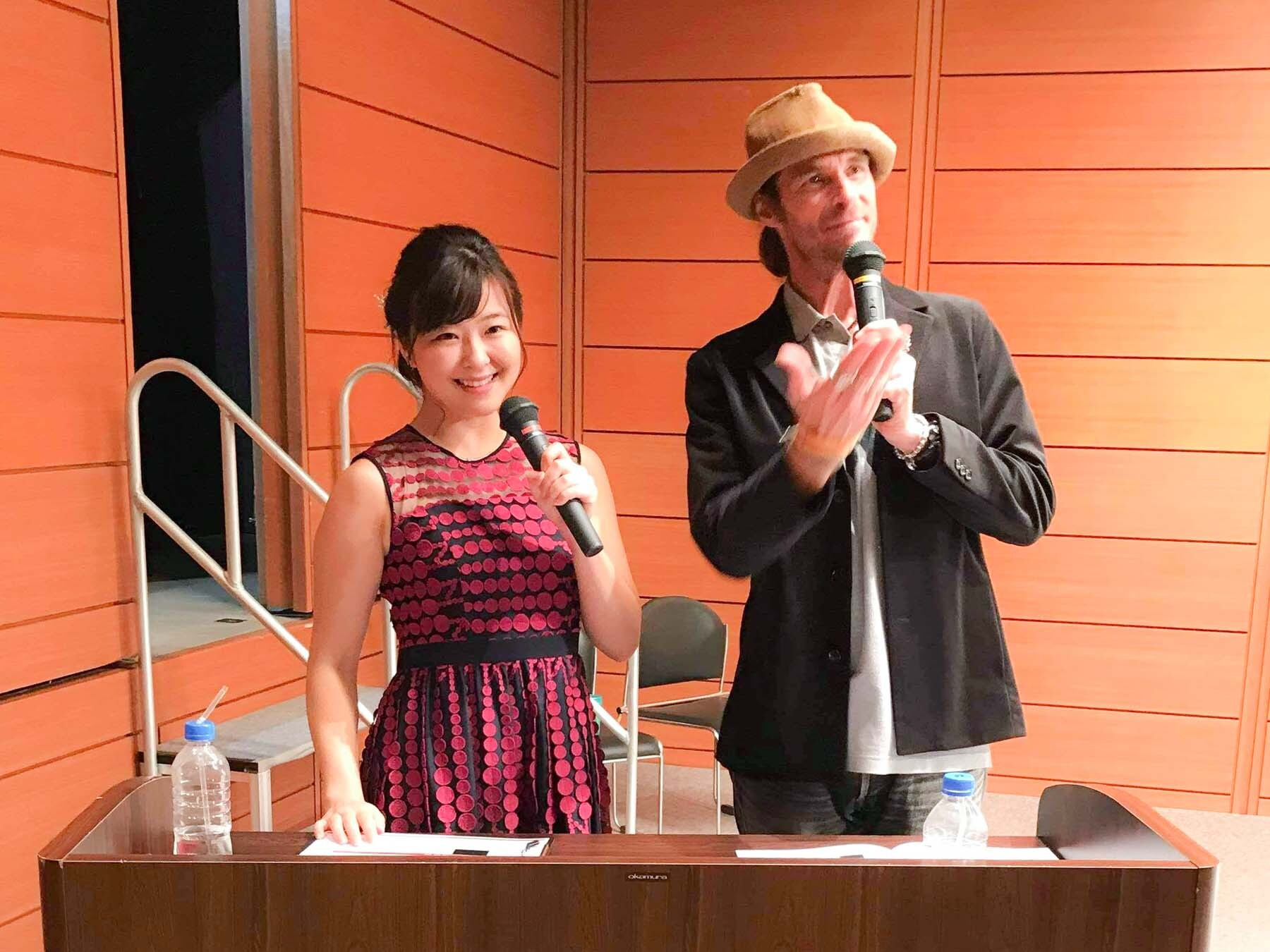 高橋絵理さんがイベントの司会を務めている写真2