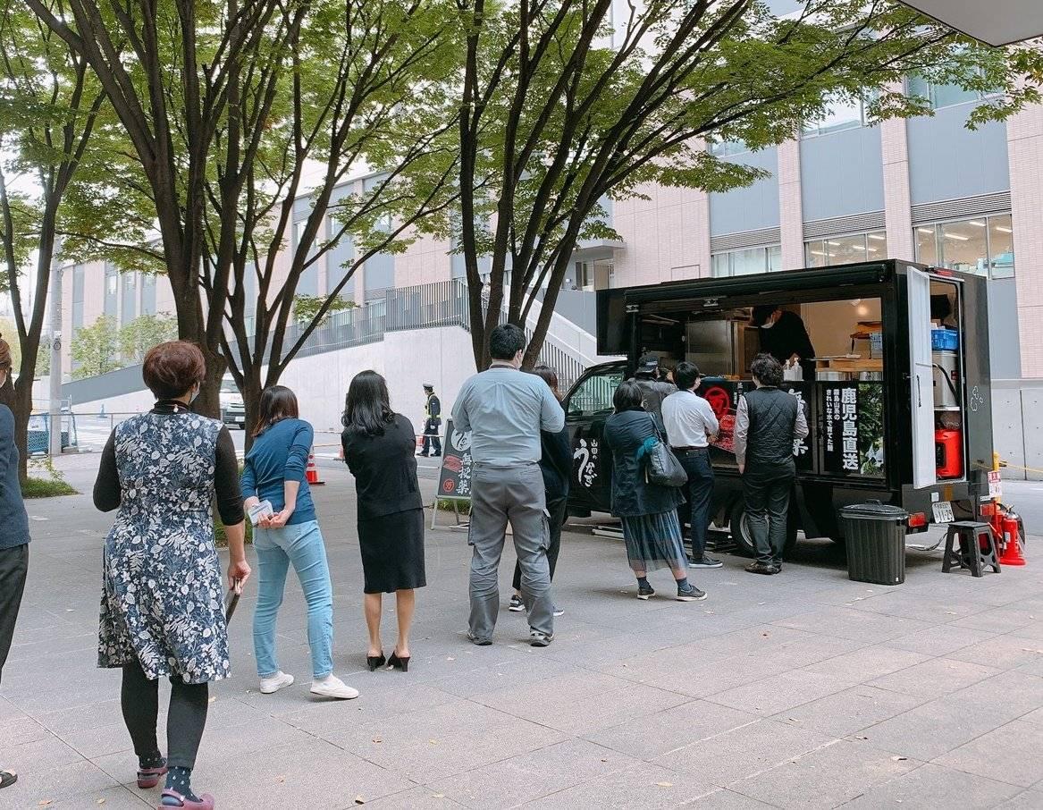 料理研究家・河瀬璃菜さん。通称「りな助」。1988年生まれ。料理家・フードプロデューサー。近年特に力を入れているのは地方活性化のための6次産業支援。鹿児島県の山田水産株式会社さんと一緒に、食に関する企画を作る株式会社UNAKENを設立した。この写真はキッチンカー業態の山田のうなぎ号