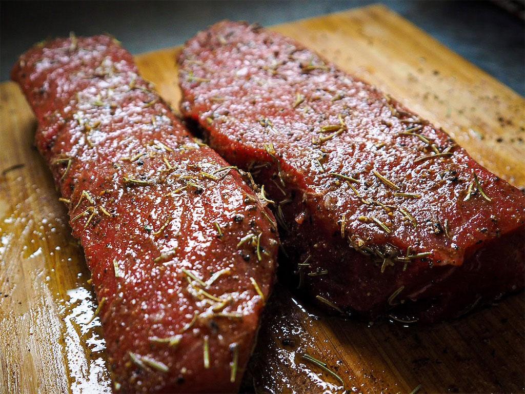 肉を調理する