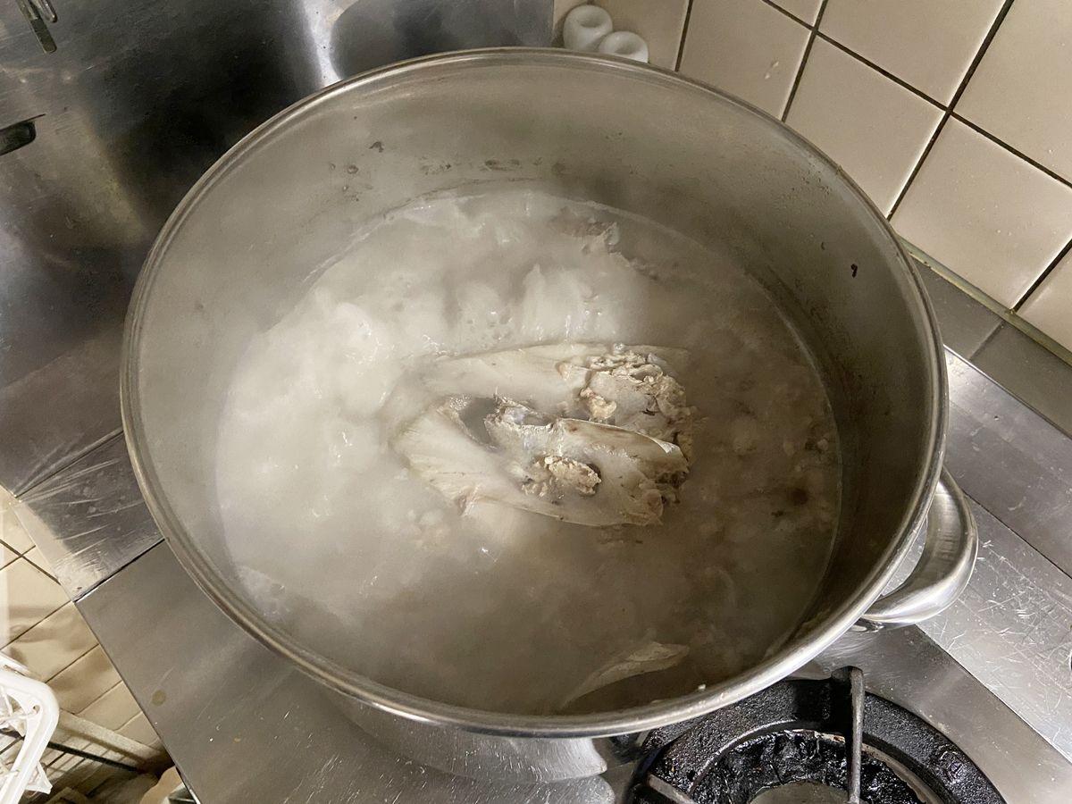 マグロの頭をそのまま寸胴で煮る