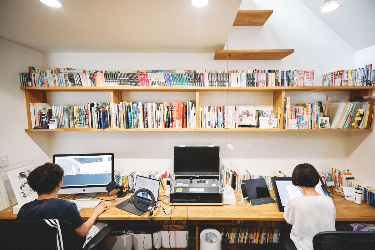 あえて「仕事」と「生活」はわけず、公私混同の戸建てで創作。夫婦漫画家・うめ【作家と家】