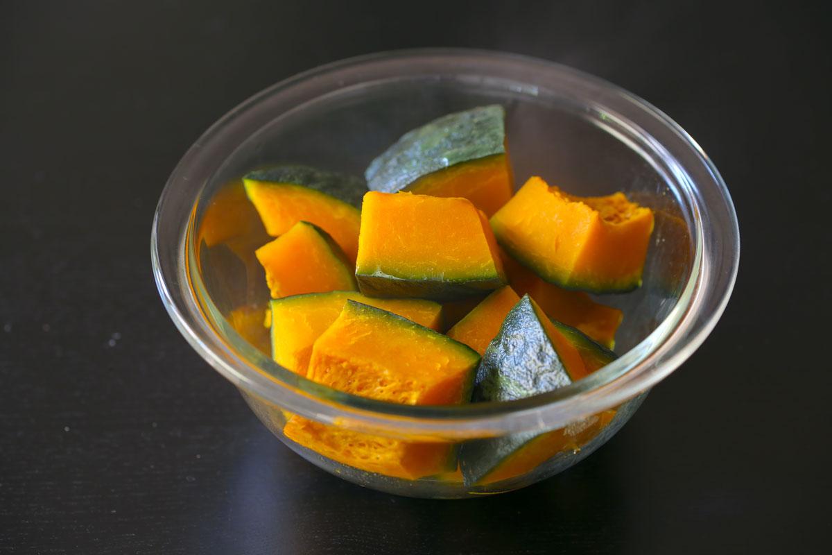 かぼちゃは食べやすい大きさに切り、耐熱ボウルに入れたら、水を大さじ1(分量外)入れてふんわりとラップをかけ、600wのレンジで10分加熱する。