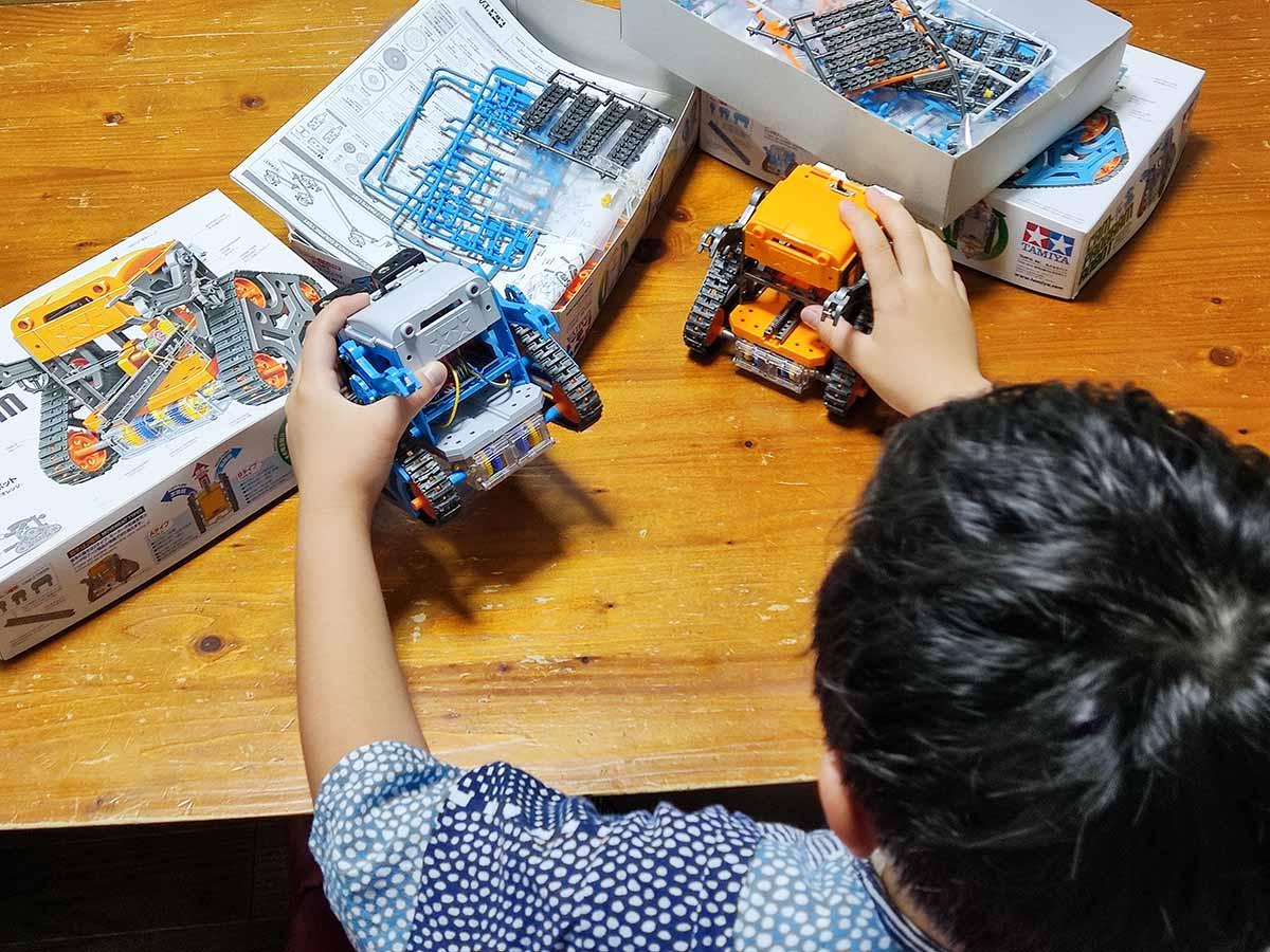 カムプログラムロボットで遊ぶ息子