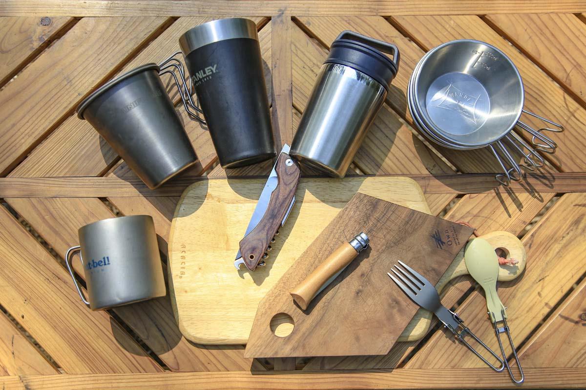 キャンプ用のナイフやカッティングボード、カトラリー、食器、マグカップも忘れずに