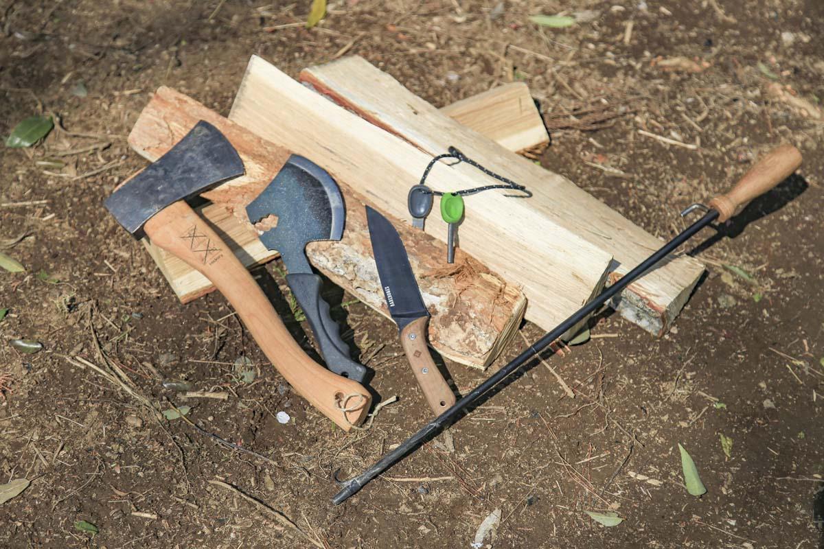 焚き火で使うギア(斧、ナイフ、火吹き棒など)があるともっとキャンプを楽しめる