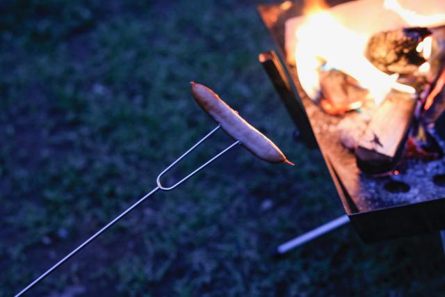 先端に焼きたい食材を刺した後、伸縮棒を適度な長さに伸ばし、焚き火であぶる