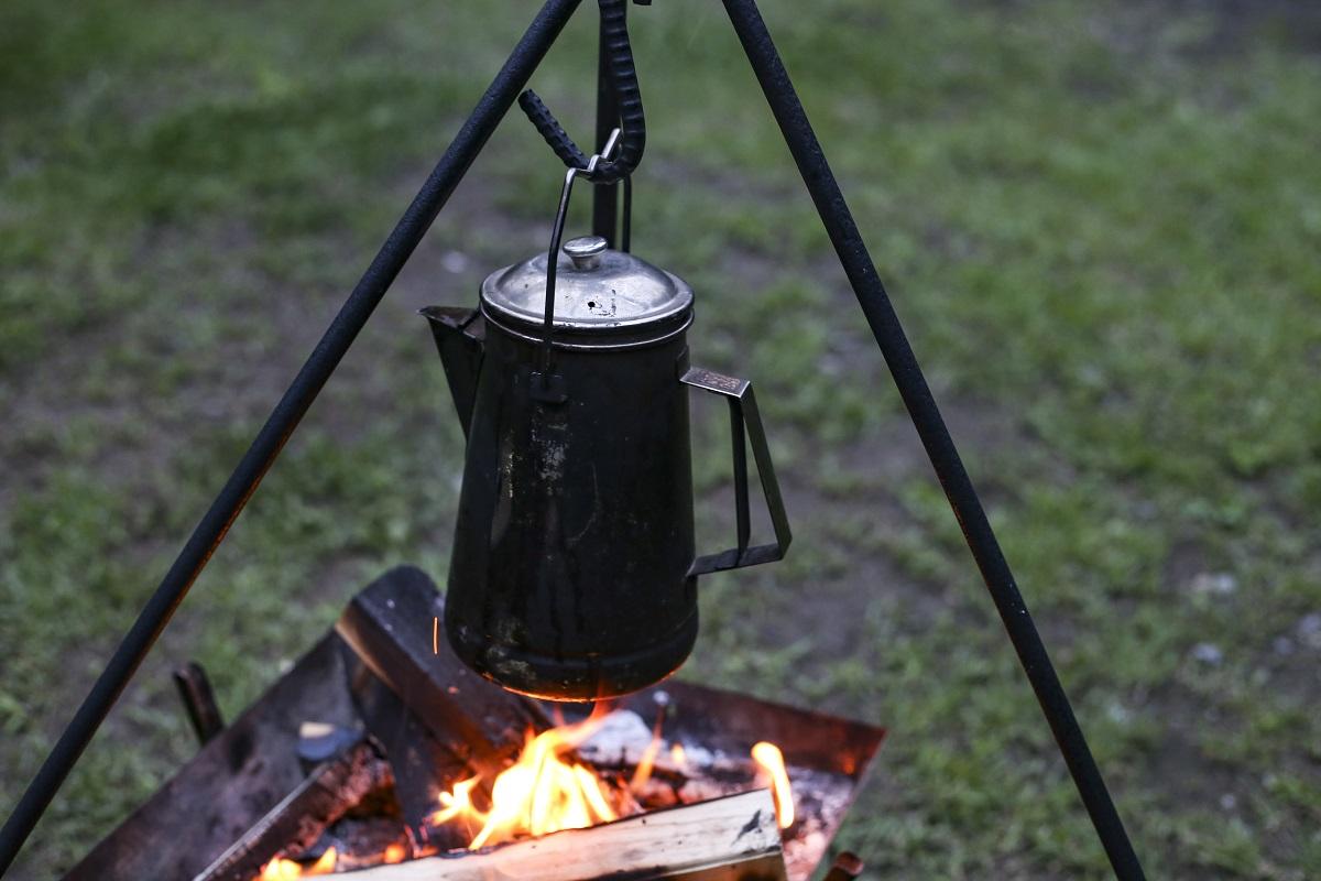 焚き火で調理するときに便利なトライポッド