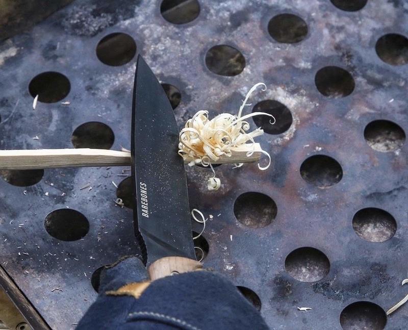 薪を削って着火剤代わりにするフェザースティック