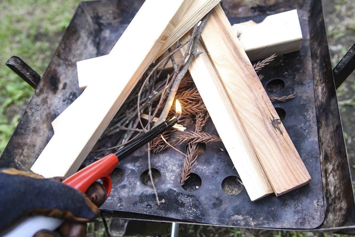 チャッカマンなどでスギの枯れ葉に火をつける