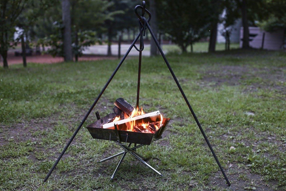 焚き火で調理するときに便利なトライポッド(三脚)