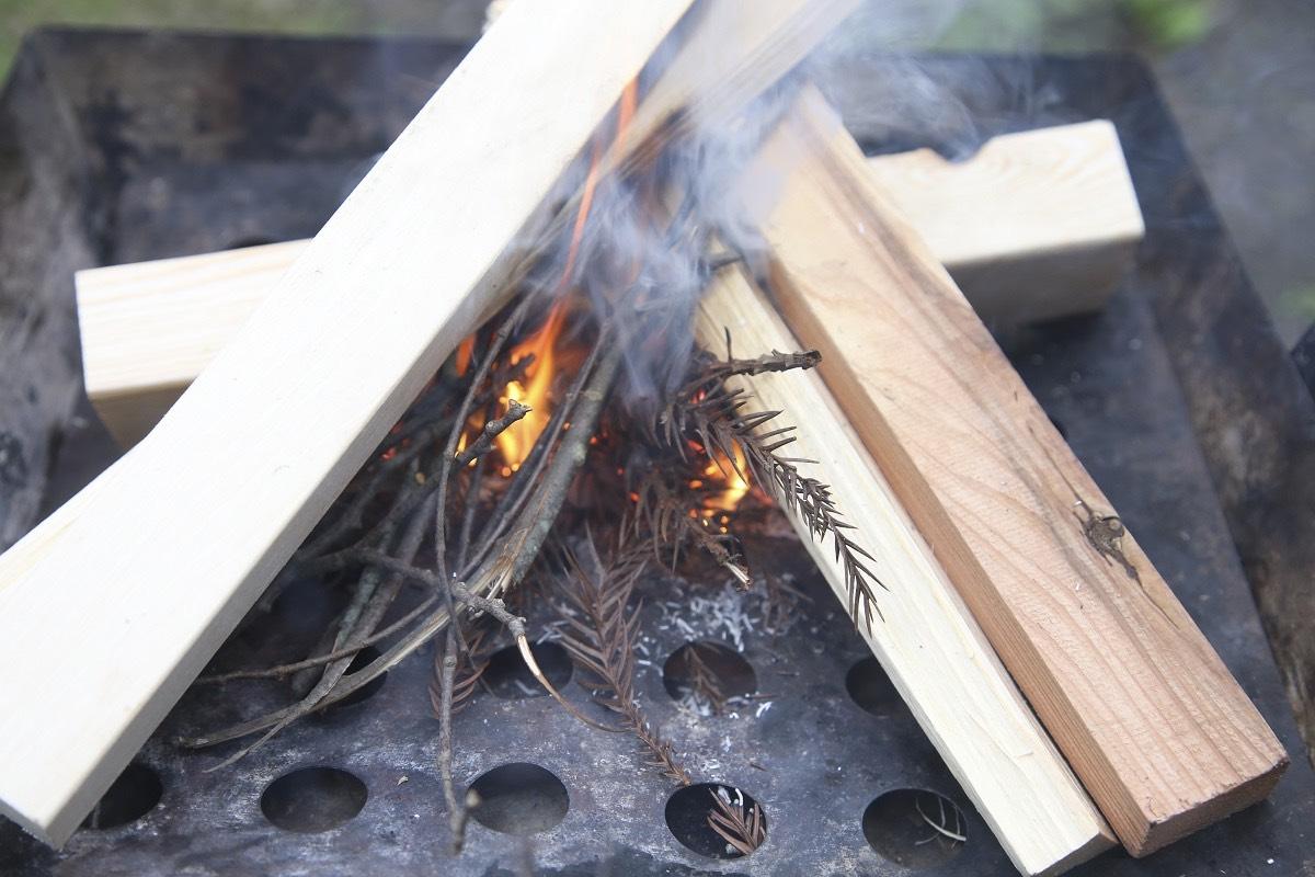 火種となる着火剤の上に燃えるものがないと火が大きくなっていきません。今回は小枝がその役割を果たしています