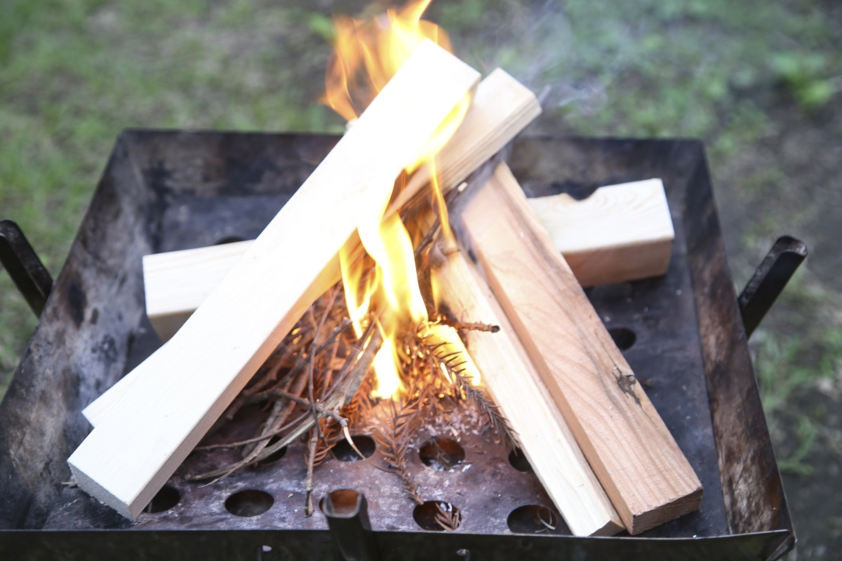 着火剤として使ったスギの葉の次に、小枝に火が移っていきます。火種→小枝→太い薪という順番を覚えておくと、簡単に着火できます