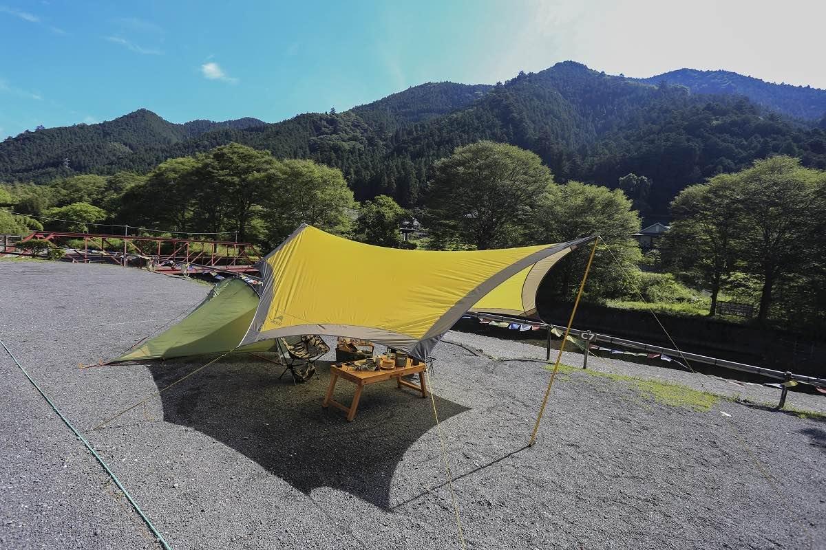 ワイルドな外遊び用のキャンプ道具。タープ