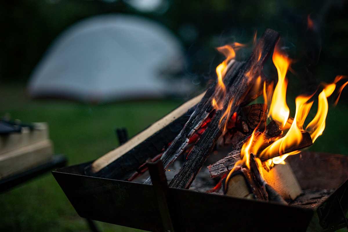 プライベートでも仕事でもキャンプを楽しむ佐久間亮介(さくぽん)さん。「人生の長い時間を過ごす仕事の時間を充実させることで、楽しい一生を送れるのではないか」と考え、キャンプを仕事にすることに