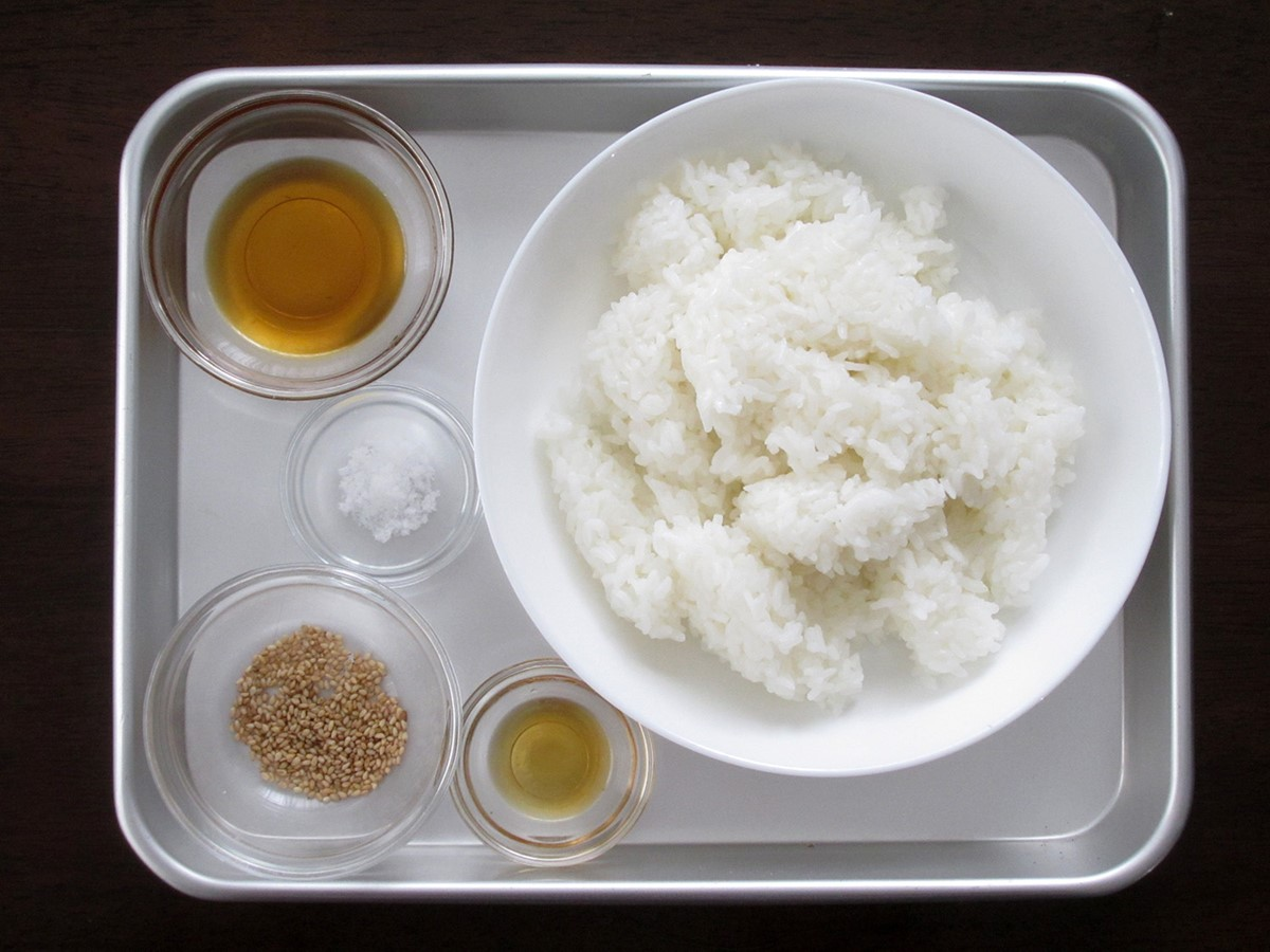 材料のご飯、塩、ゴマ油、サラダ油