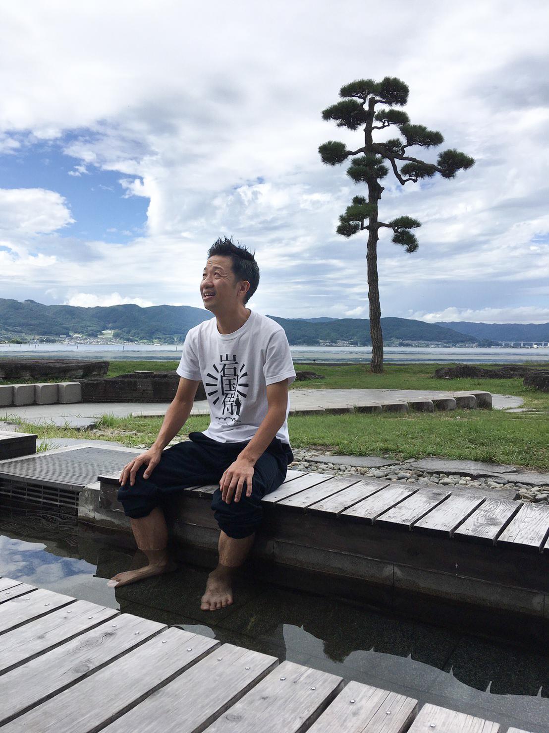 地元・山口でロケを行う波田陽区さんの写真