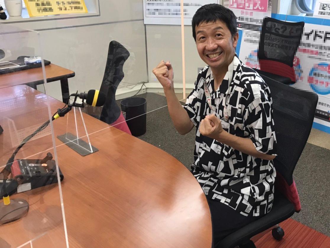 ラジオ収録を行う波田陽区さんの写真
