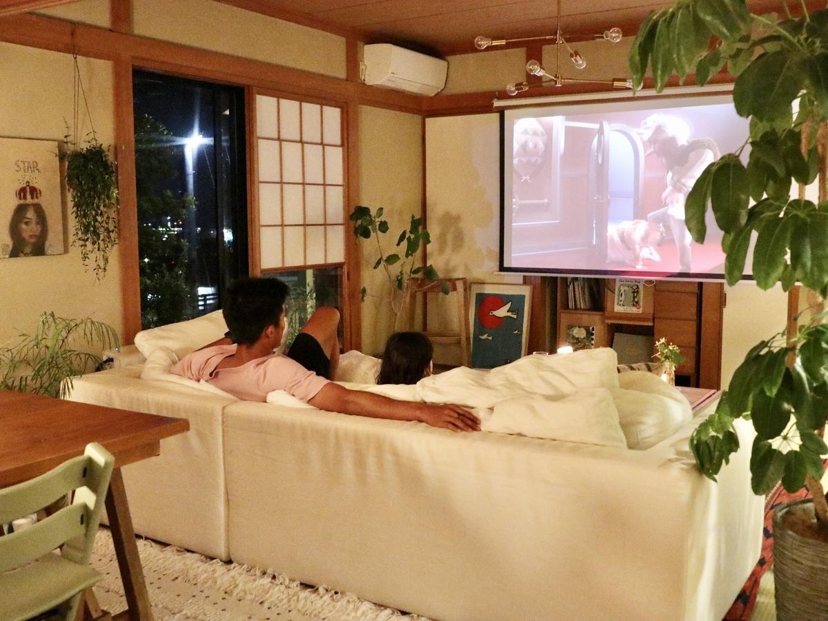 現在は長崎に住み、リモートワークをすることが多い村上萌さん。家族と過ごすリビングではパソコンを開かず、メリハリをつけている