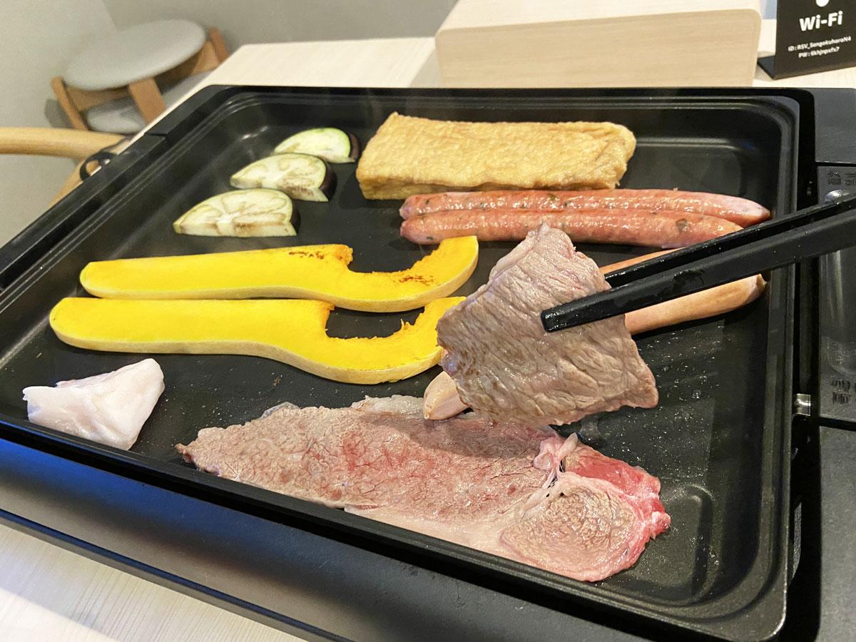 室内のホットプレートで食材を焼いて楽しみました