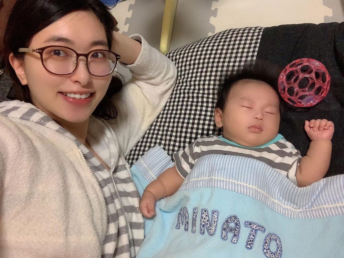 名前入りタオルケットをかけて寝ている息子。自分の名前を主張しているみたいでかわいくないですか?