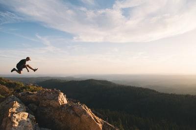 快晴 山の頂上 人 ジャンプ