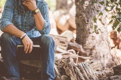 森の中 木に座る 男性